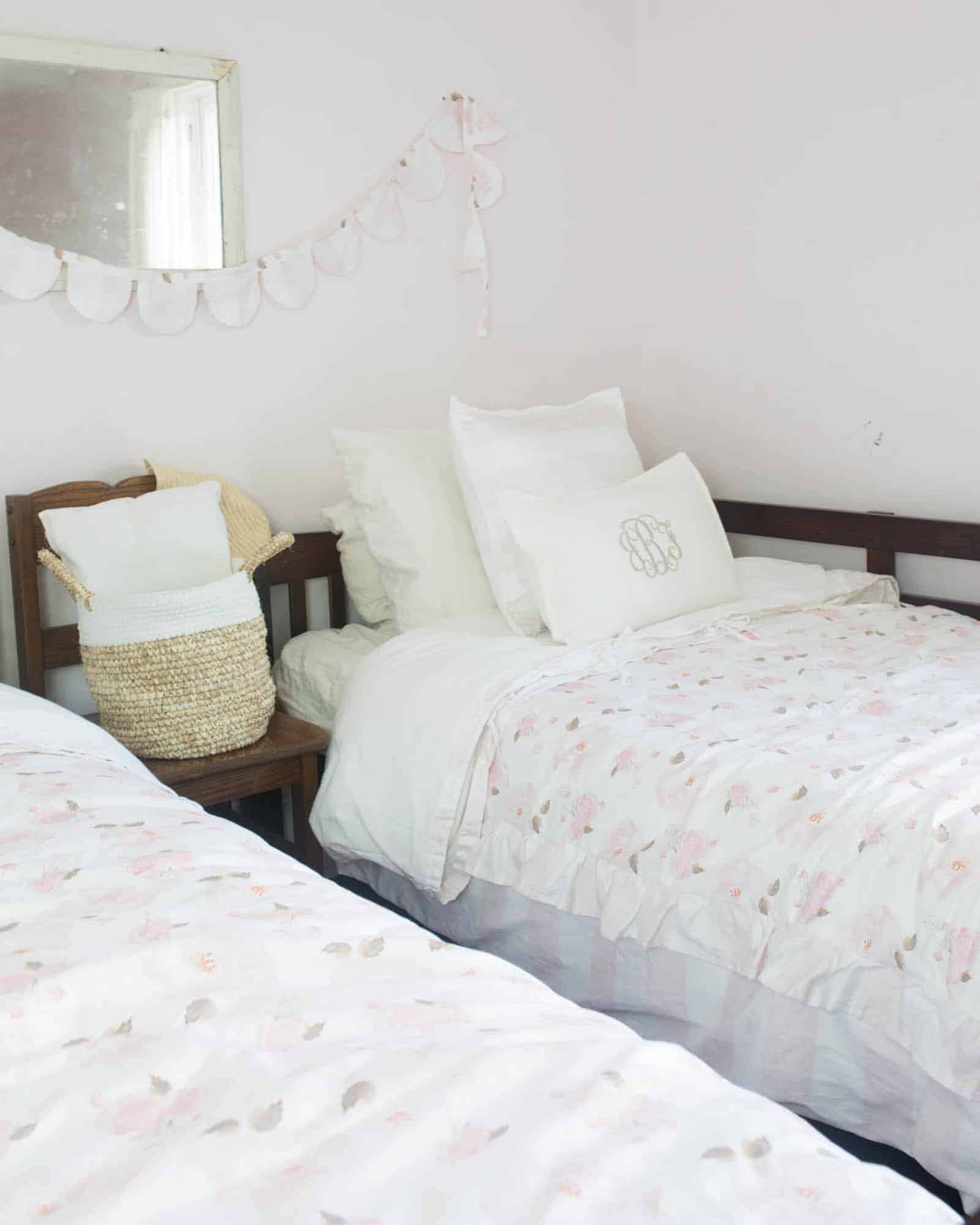 Learn how to make a duvet cover with ruffles and ties