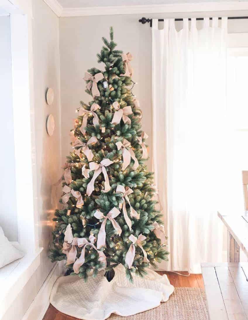 minimalist Christmas tree with big bows