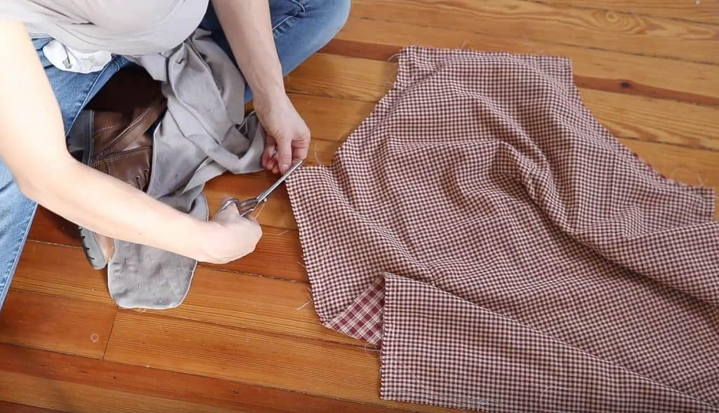 clipping fabric on the corners of a diy apron